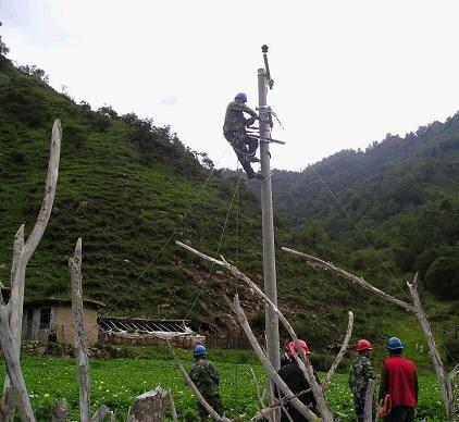 工人正在架设电线